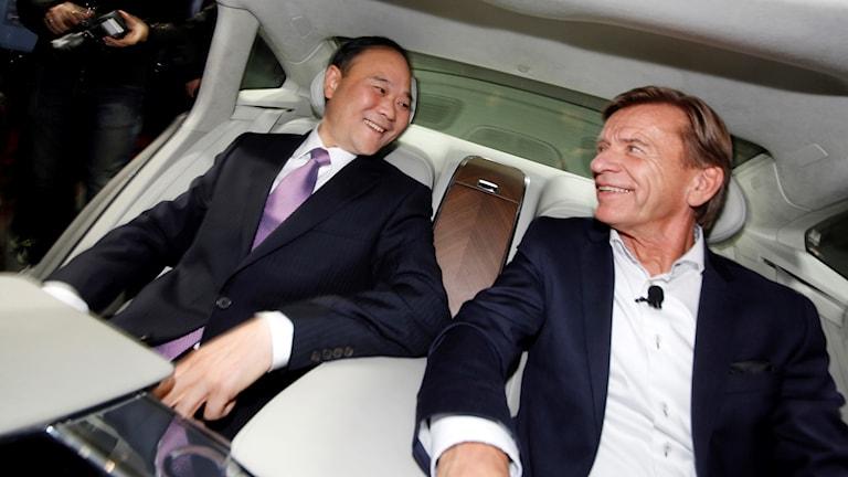 Geelys ordförande, Li Shufu, och Hakan Samuelsson, volvos vd i en volvo.