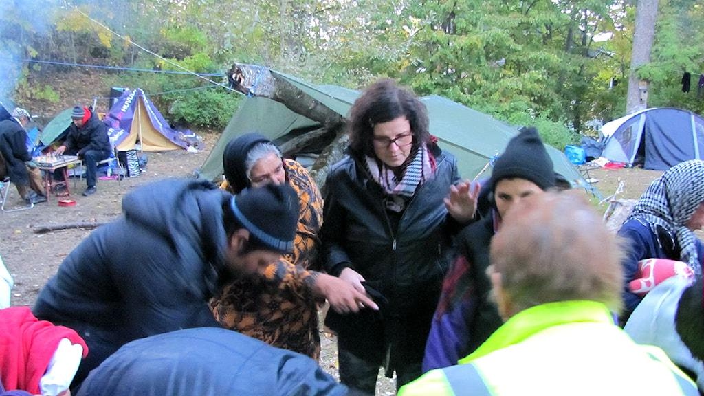 Linda Stomberg i rumänernas tältläger i Borås. Foto: Caroline Widenheim, P4 Sjuhärad