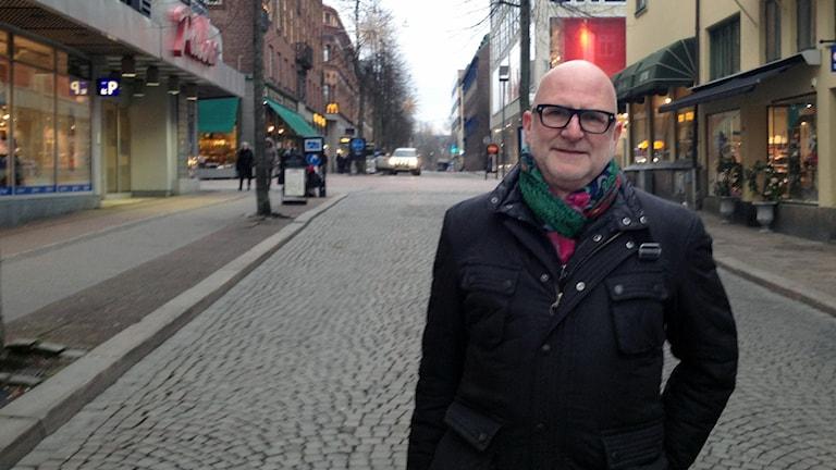 Lars-Gustaf Andersson (FP) gillar inte idén om en kanal längs Västerlånggatan i Borås. Han tycker den mest liknar ett litet dike. Foto: Maja Jerosimic.