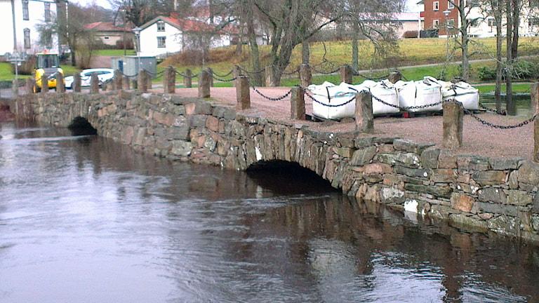 Stenbron i Svenljunga - återigen stängd sedan Ätran stigit över sin kritiska nivå. Foto: Jan-Åke Thorell.