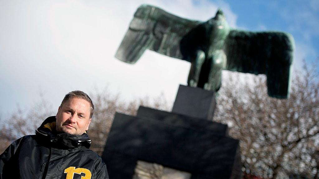 Henrik Arnstad har skrivit boken 'Älskade fascism' som försöker definiera den fascistiska ideologin och skärskådar fascismen i dagens Europa. Foto: Maja Suslin / TT.