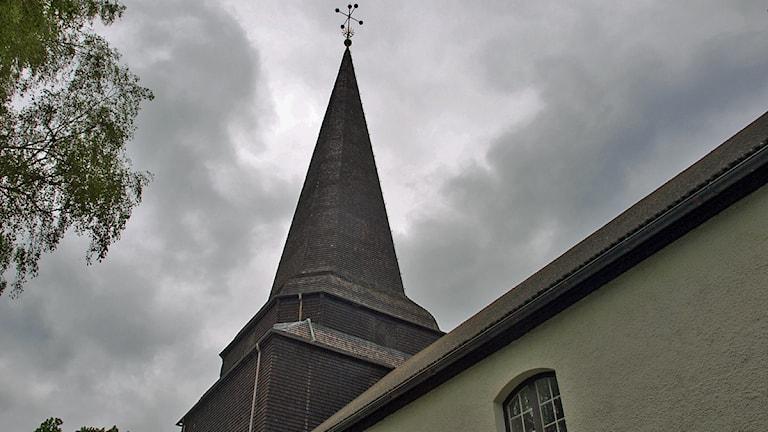 Moln över kyrkan i Skene Örby församling Foto: Anna Rydholm.
