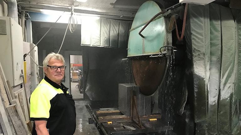 Sven-Erik Söder framför stora såget i stenhuggeriet