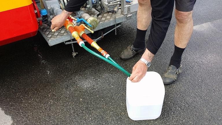 Färskvatten i dunk från en vattentank i Annelund. Foto: Marcus Ålsnäs.