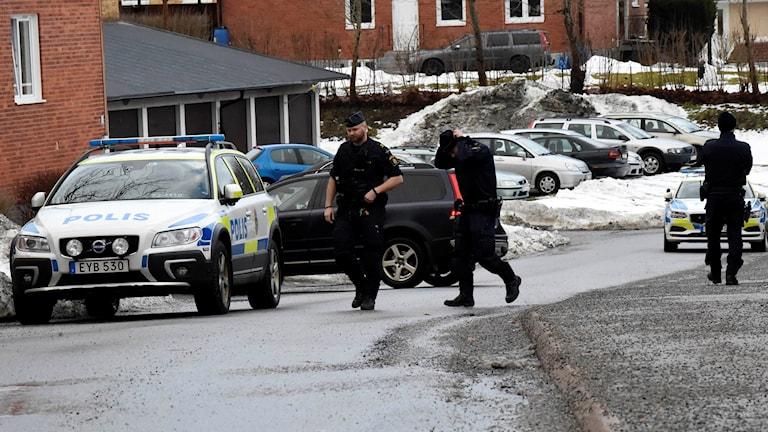 Polisen på plats efter att en man knivskurits i Tranemo.