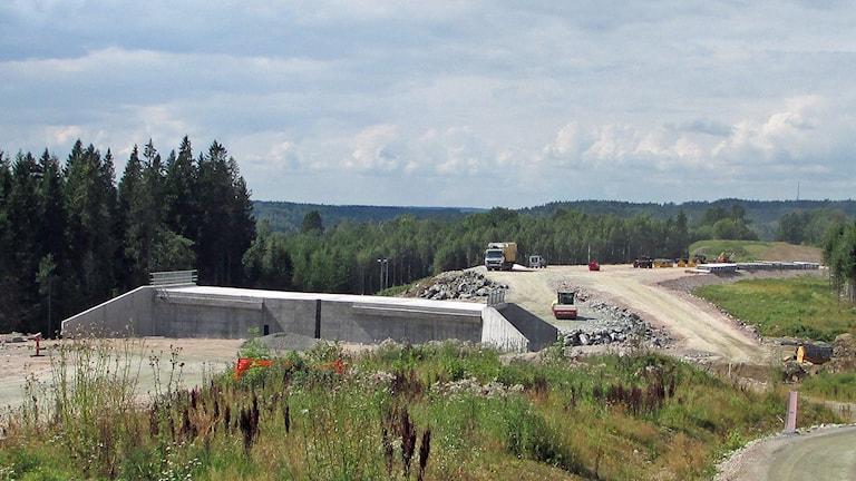 Riksväg 40, västerut från tunnelbygget vid Ulricehamn. Om ett drygt år rullar bilarna här. Foto: Niclas Odengård.