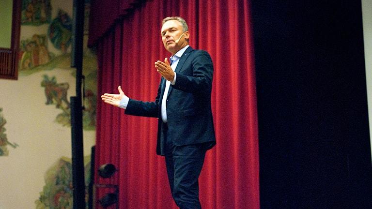 Folkpartiets ordförande Jan Björklund talade på Bäckängsgymnasiet. Foto: Peter Elvemo.