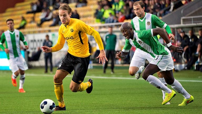Elfsborgs Viktor Prodell lurar Rio Aves spelare i förra mötet. Foto Adam Ihse / TT.