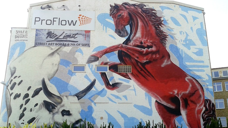 Shai Dahans målning inför street artfestivalen. Sitter på hus längs rinksväg 40, vid Pulsenhuset. Foto: Niclas Odengård.