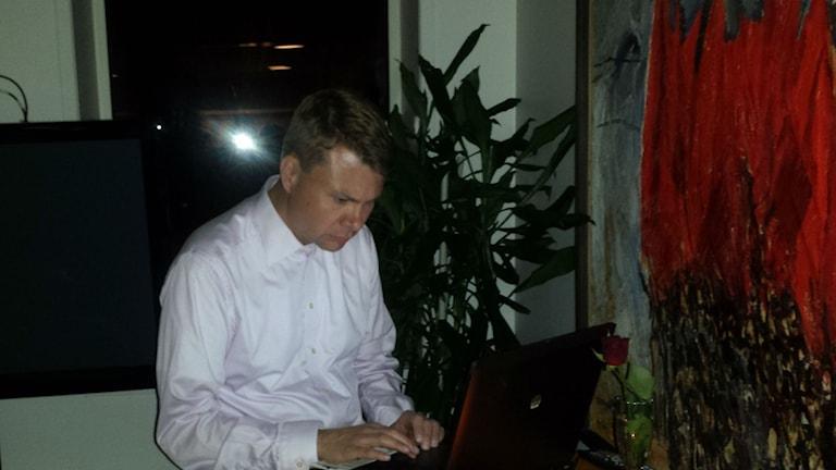 Ulf Olsson (S) från Socialdemokraternas valvaka. Foto: P4 Sjuhärad