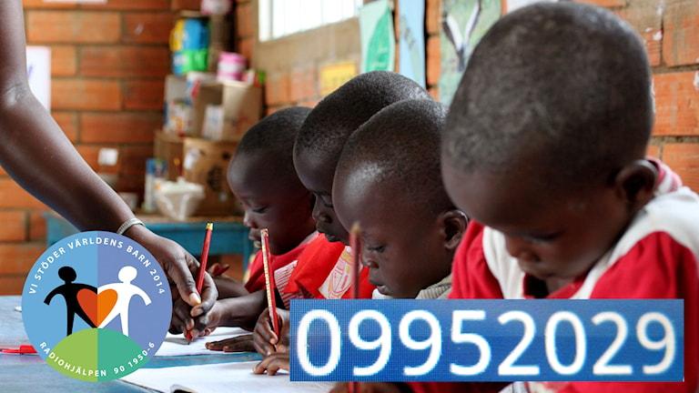 På besök hos en skolklass i Uganda. Med ett samtal kan du hjälpa Världens barn. Foto: Erikshjälpen.