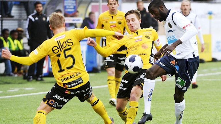En hård närkamp från förra mötet mellan Elfsborg och Gefle. Foto: Bertil Ericson/TT