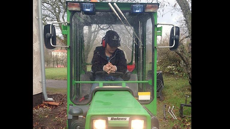 Max Björklund och hans nya traktor. Foto: privat.