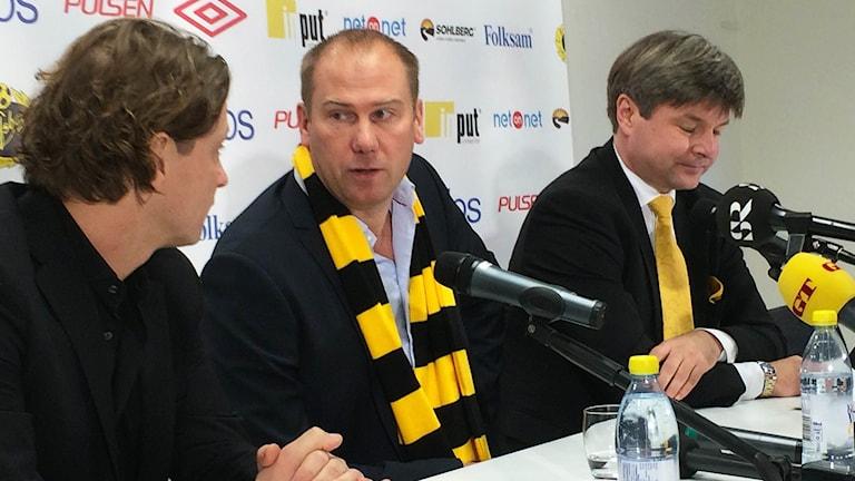 Magnus Haglund (mitten) är tillbaka. Till vänster sportchef Stefan Andreasson , till höger ordförande Bosse Johansson. Foto: Peter Elvemo.