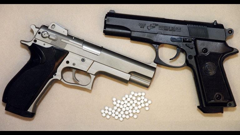 En soft air gun är ett vapen som avfyrar plastkulor. Just de här modellerna har inget med skjutningen i Mark att göra. Foto: Pawel Flato/TT