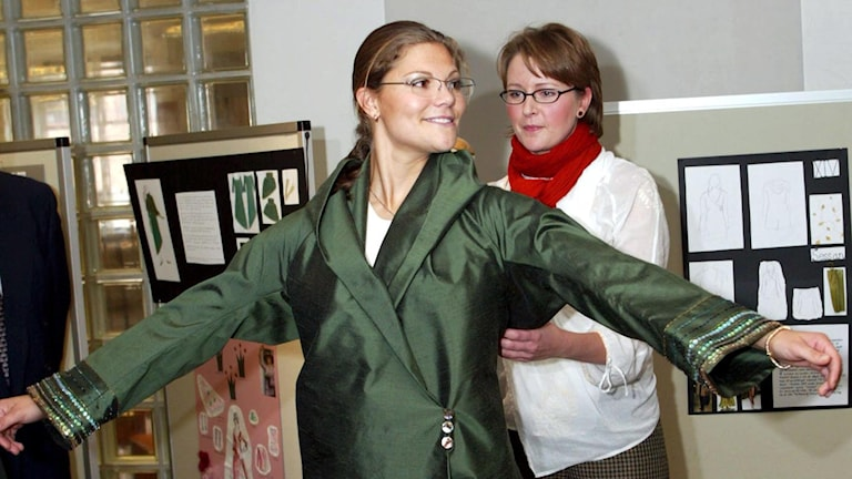 Victoria provar den nya gröna kimono hon fick vid besöket på textilhögskolan i Borås den 18:e september 2003. Foto: Roger Lundsten / SCANPIX