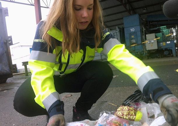 Vad finns i påsarna egentligen? Linda Eliasson på Borås Energi och miljö ser efter. Foto: Jenny Hellström.