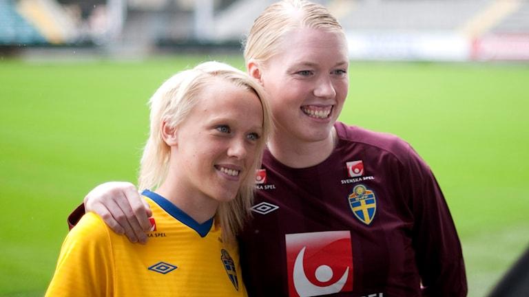 Linnea Liljegärd till vänster, här bredvid landslagskeepern Hedvig Lindahl. Foto Björn Larsson Rosvall/TT.