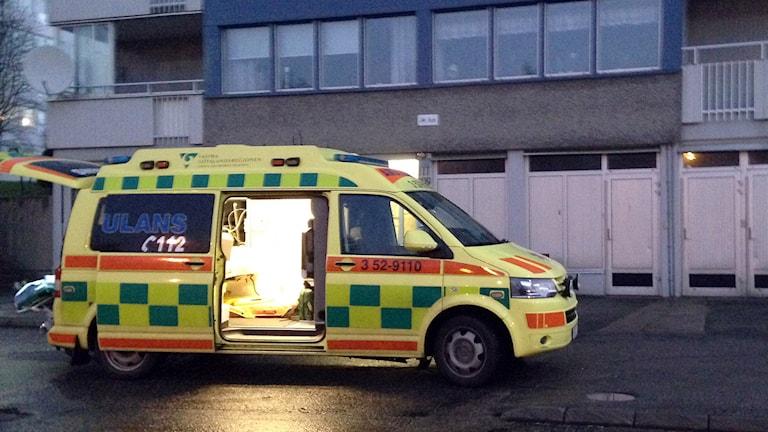 Ambulansen tog med kvinnan till sjukhus för omplåstring. Foto: Peter Elvemo.