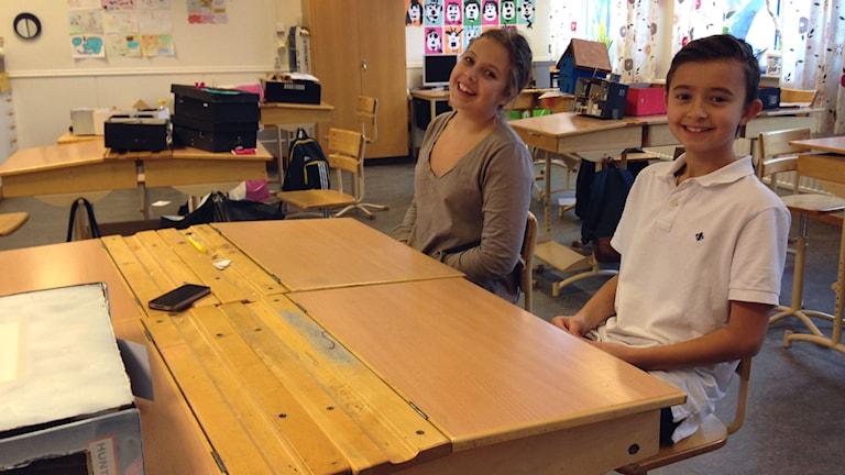 Matilda Jansson och Maximus Rolon i klass 6C. Foto: Erika Larsson/SR.