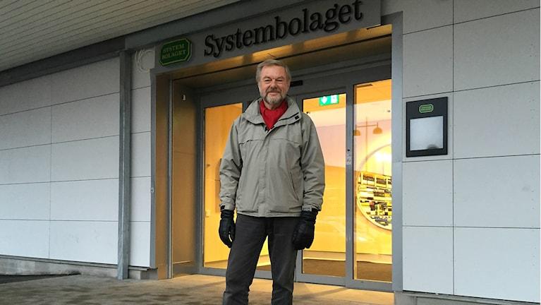 Claes Uhlin från IOGT-NTO utanför Systembolaget Åhaga.