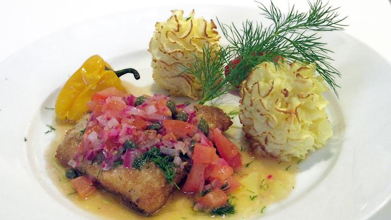 Gösfilé med rödlök, kapris, tomat och dill i citronsmör. Foto: Niclas Odengård.