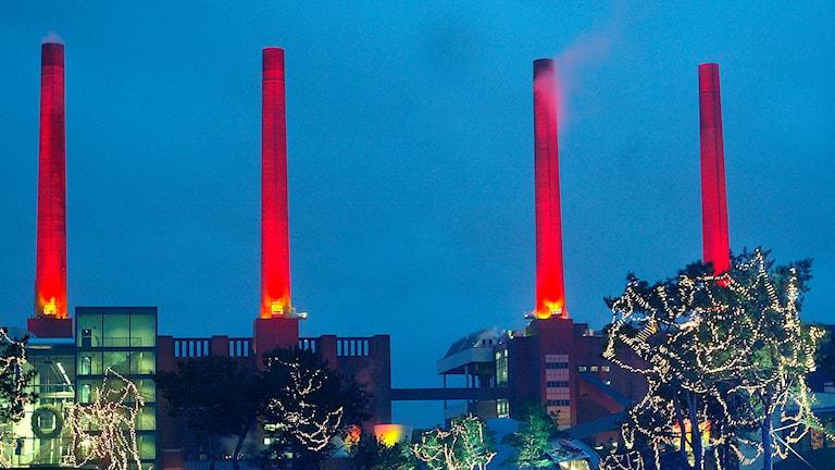 Annorlunda adventsfirande - tyska Volkswagen använder fabrikens skorstenar. Foto: AP/Fabian Bimmer/TT.