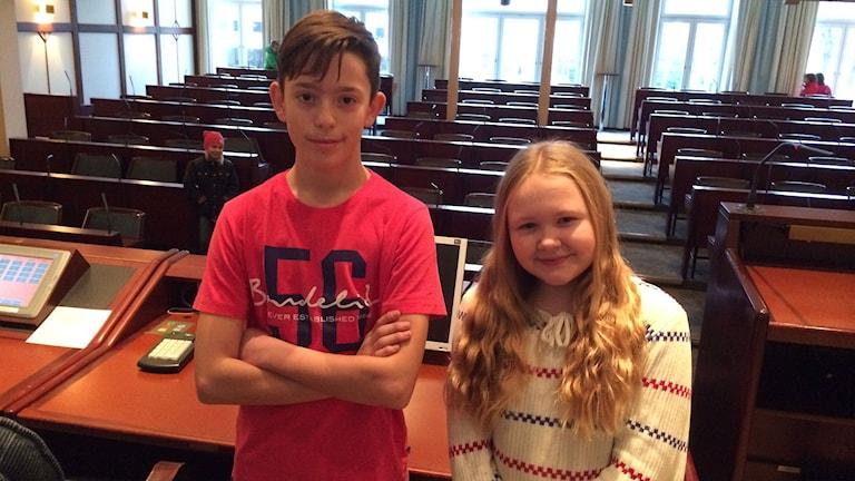Binak Gashi är sekreterare i elevrådet på Kristinebergskolan och Linnea Månsson delar ordförandeposten på Svedjeskolan. Foto: Peter Elvemo.