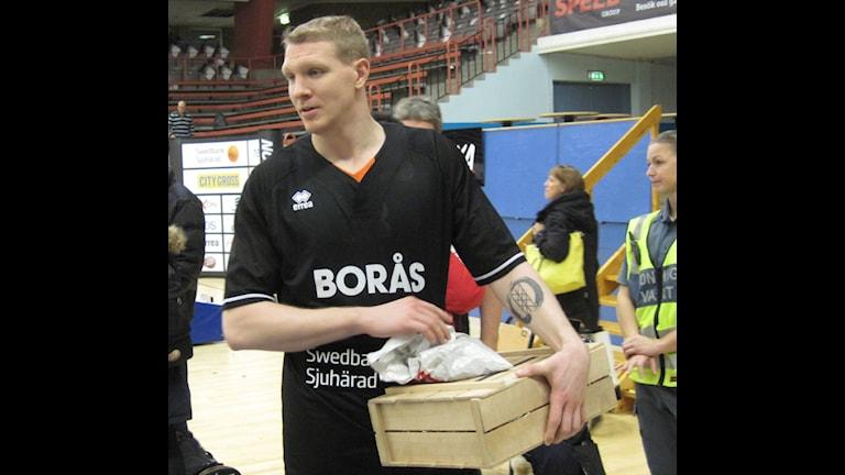 Christian Maråker med priset som matchens lirare. Foto: Staffan Kulneff