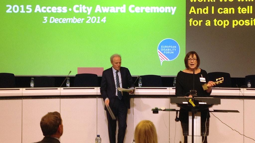 Kommunalråd Lena Palmén (S) tar emot Access City award. Foto: Jan Andersson.