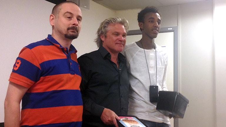 Den lokala bandyprofilen Klas Ström tillsammans med Patrik Andersson och Mahad Abdullahi Diriye. Foto: Adam Koskelainen