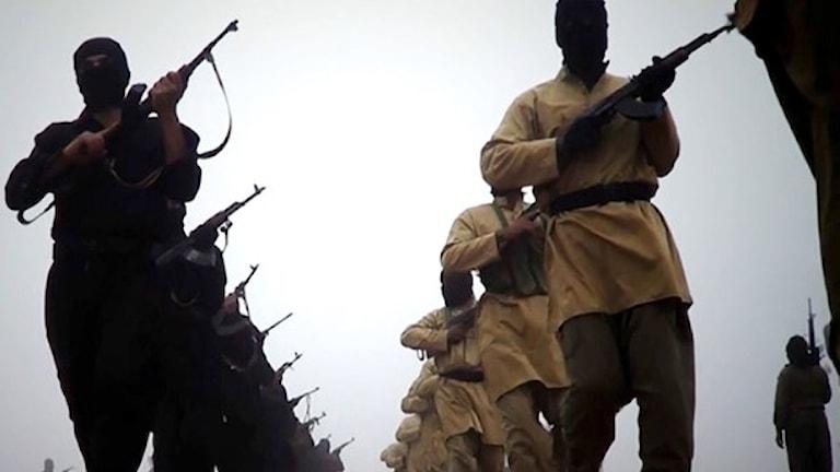 Arkivbild från en video som släpptes i januari i år och som uppges visa soldater från Isis (numera IS) marschera på okänd plats. Foto: AFP/TT