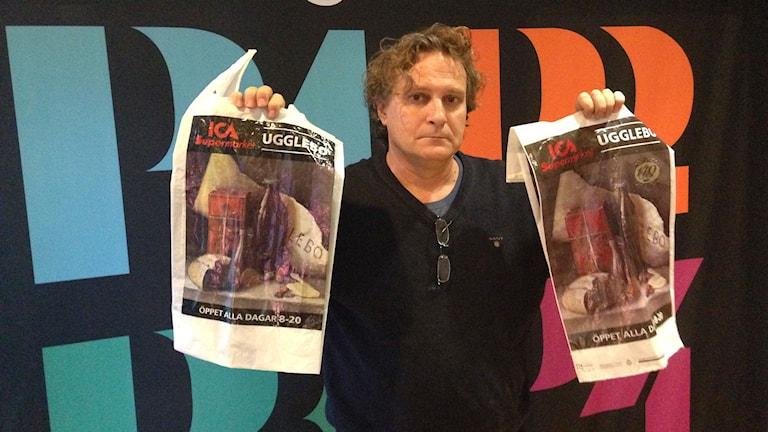Tony Warren med den nyaste kassen till vänster i bild och originalet till höger i bild. Foto: Erika Larsson/SR.