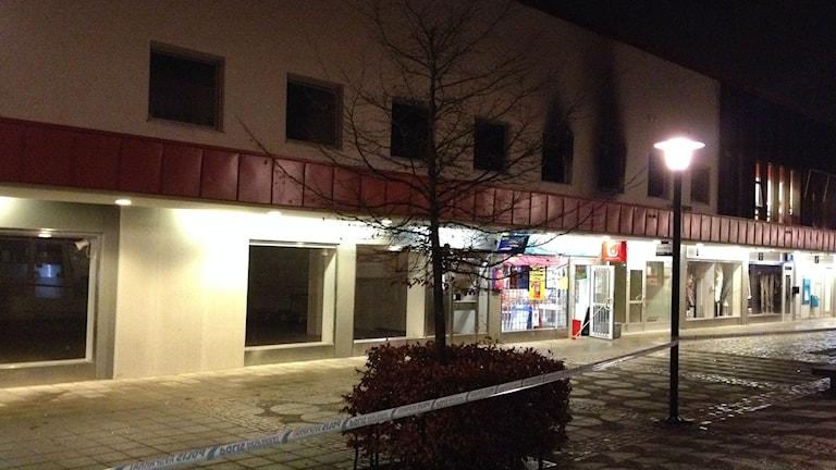 Polisens avspärrning efter branden på Hulta torg. Foto: Erika Larsson