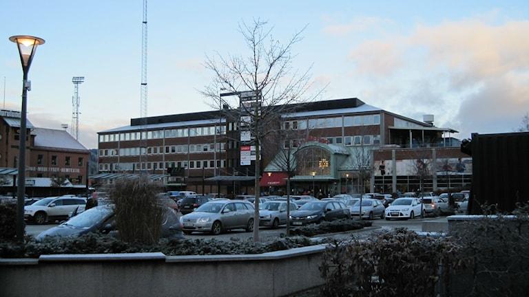Redan innan öppningstid var merparten av parkeringsplatserna vid Knalleland tagna. Foto: Adam Koskelainen