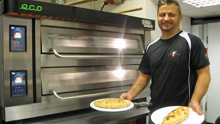 Hasse Elias tar själv en Calzone till frukost. Foto: Jan-Åke Thorell