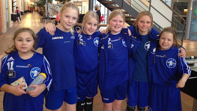 Tjejerna födda 04 i Marks handbollsklubb hade förlorat sina matcher på lördagen. Men var glada ändå. Foto: Maja Jerosimic.