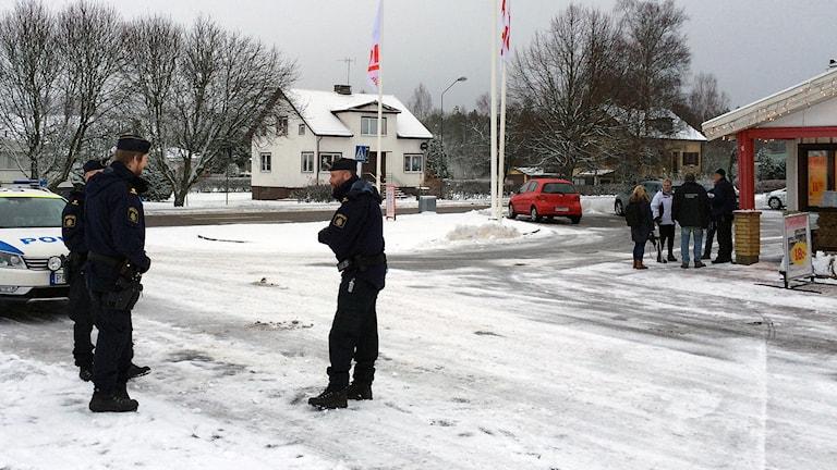 Många behöver prata av sig efter gårdagens knivdrama i Gällstad. Foto: Peter Elvemo.