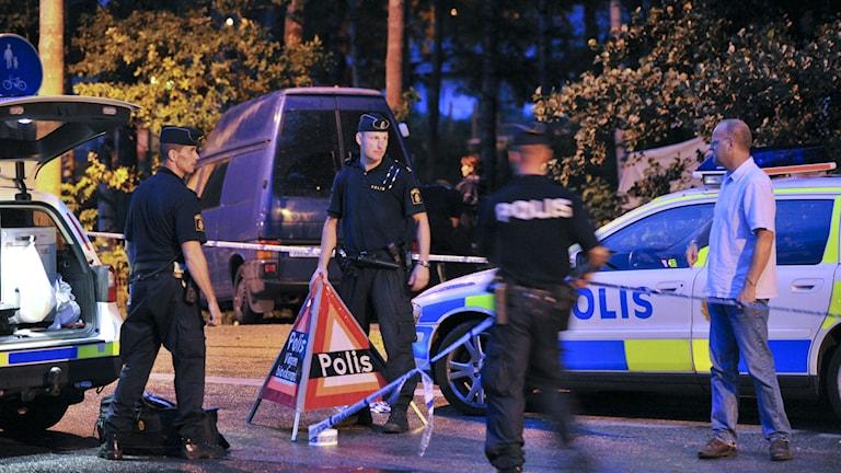 Polisen bredvid den busshållplats där Malin Kristiansen hittades död 2009. Foto: Adam Ihse/TT