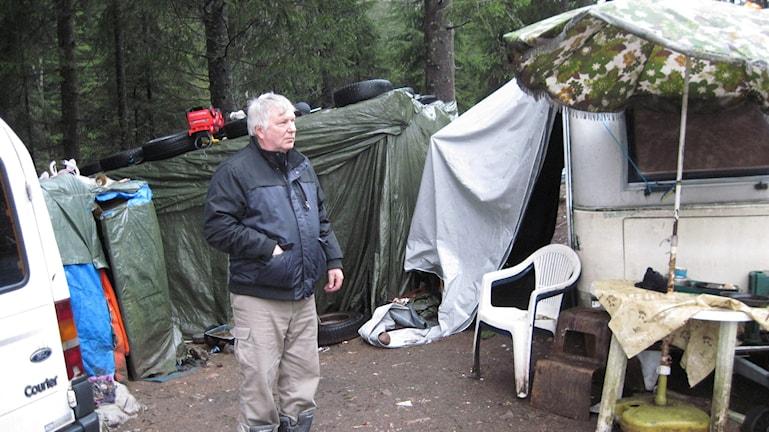Siinto Hämäläinen mitt i lägret på hans tomt i Bredared. Foto: Markus Alfredsson.