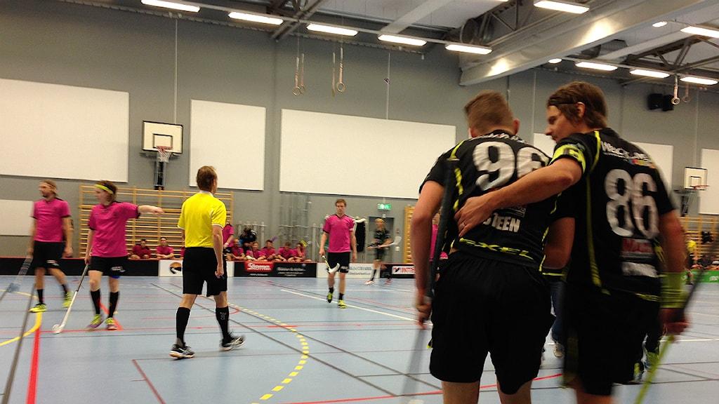 En sänkt Borås IBF-spelare, får hjälp av en medspelare. Foto Kristoffer Lidén