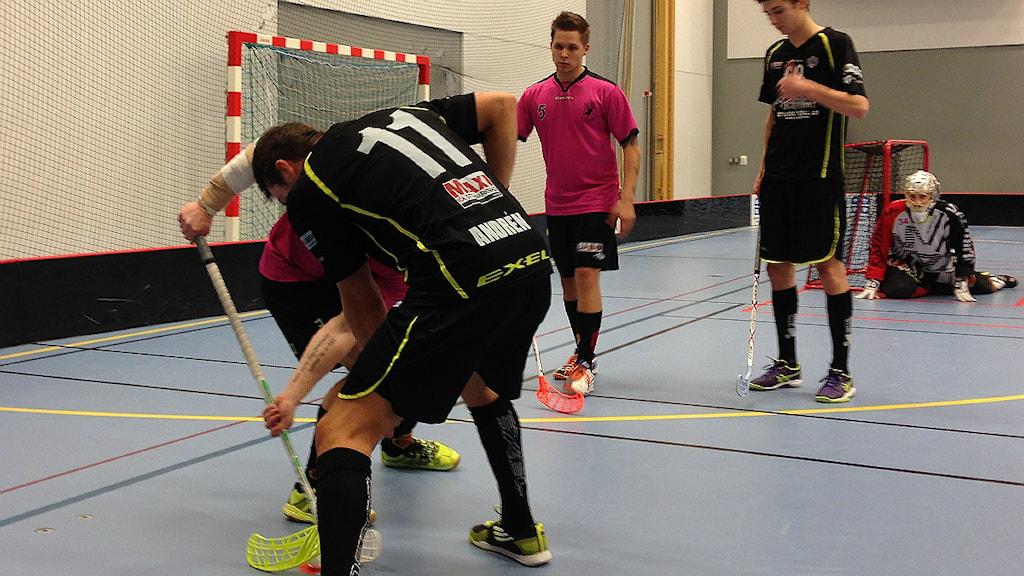 Kamp om att vara bäst i Sjuhärad. Borås i svart, mot Tranemo. Foto Kristoffer Lidén.