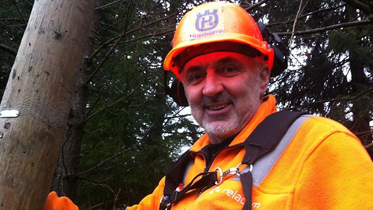 Jörgen Larsson jobbar med reparationer efter stormen. Foto Sara Kvist