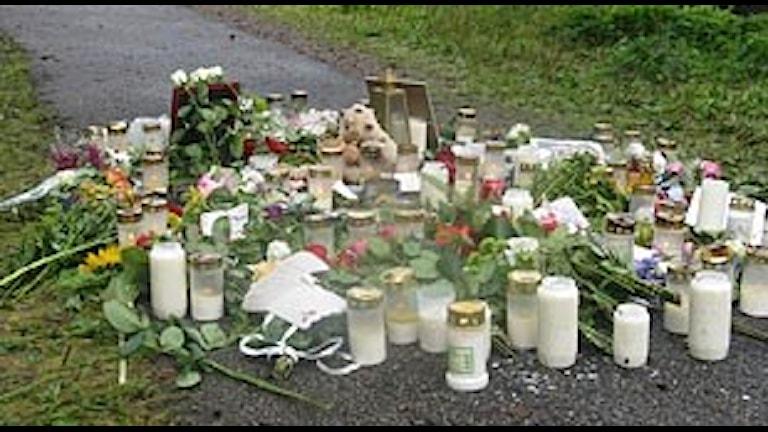 Blommor, ljus och hälsningar på gångvägen i Sparsör i närheten av där Malin hittades. Foto: P4 Sjuhärad Arkiv