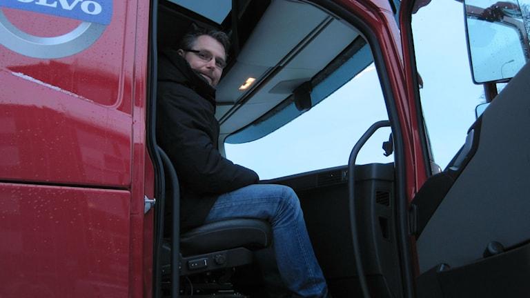 Niclas Häggblad överser en körlektion för lastbilskörtkort. Foto: Adam Koskelainen