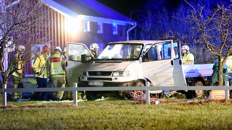Lastbil i trädgård. Foto Joakim Eriksson /Agena Foto