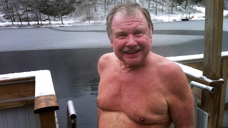 Leif Holsten. En av många vinterbadare vid Kypesjön. Foto: Peter Elvemo.
