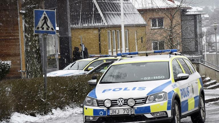Polisen på plats vid Mogaskolan. Foto: Joakim Eriksson/Agena