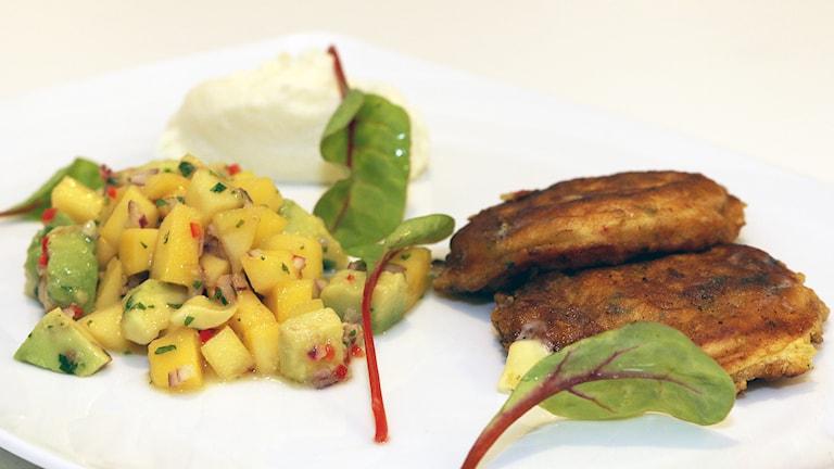 Vegetariskt recept: Majsplättar med avokado och mangosalsa samt blomkålspuré. Foto: Niclas Odengård.