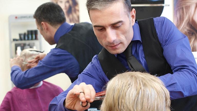 Frisör och barberare Hovhannes Avetisyan. Foto Sara Kvist/P4 Sjuhärad